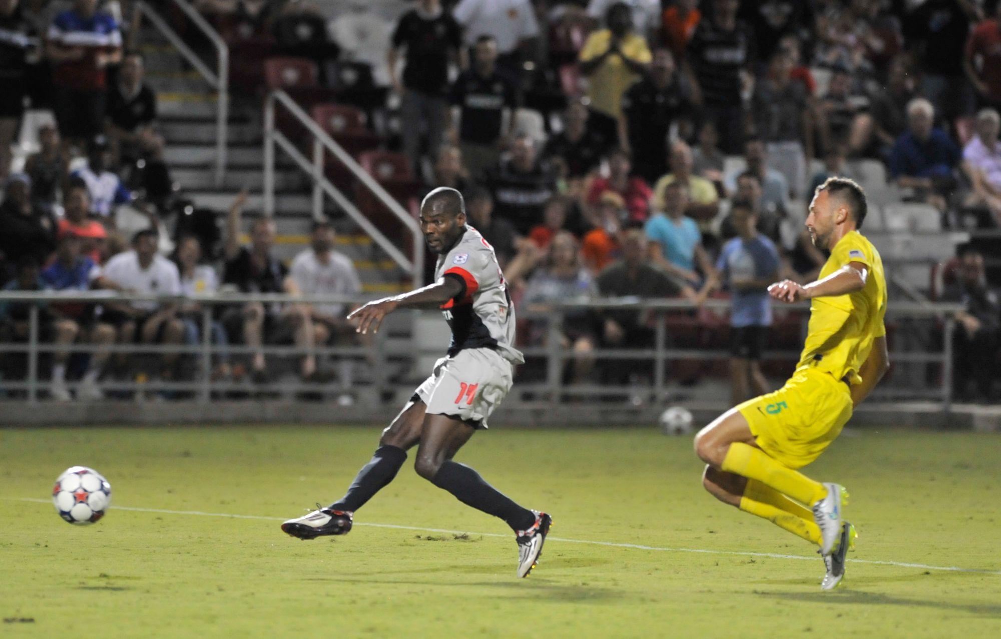 Cummings gets past Antonijevic to take the shot (Photo: San Antonio Scorpions)